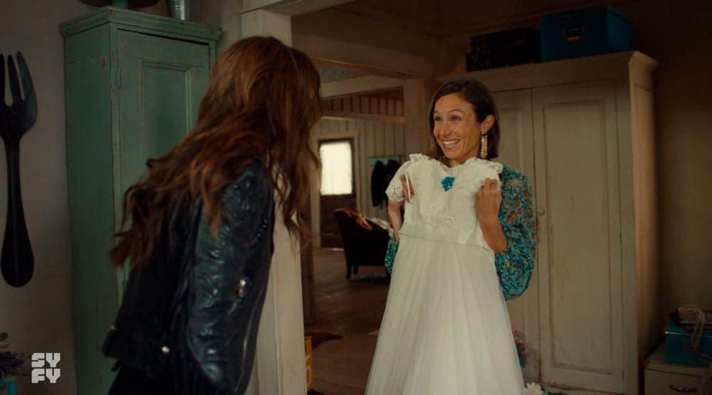 Waverly y Wynonna mirando el vestido de boda