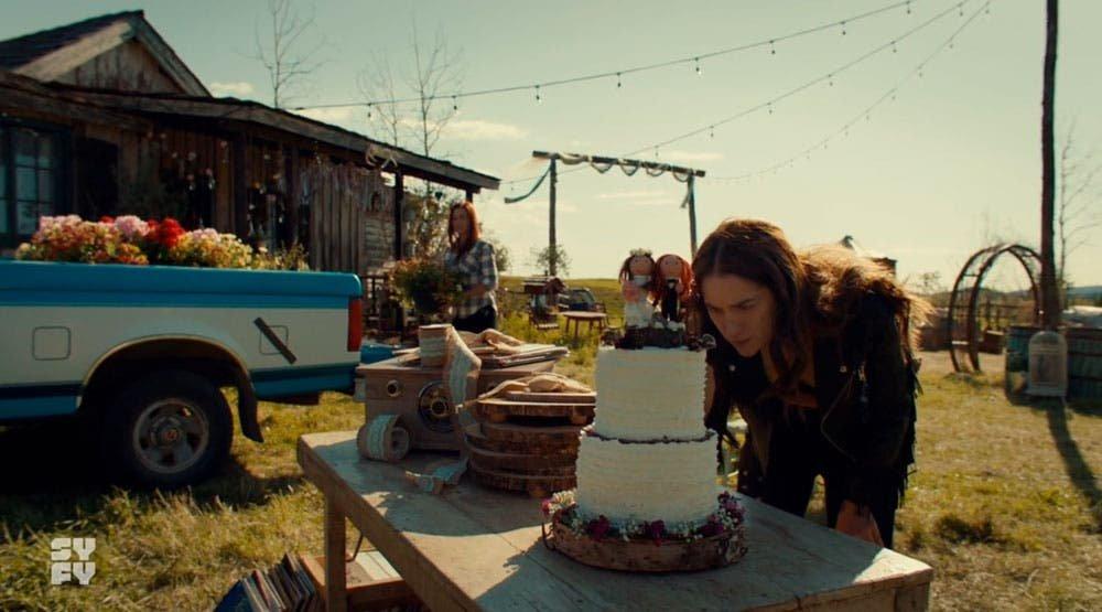 Wynonna examinando el pastel