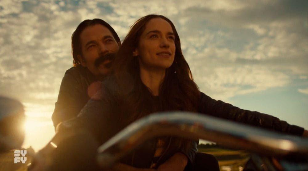 Wynonna y Doc alejándose en moto