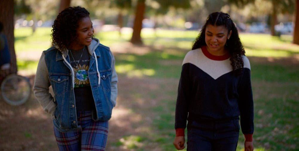 adolescentes caminando por un parque