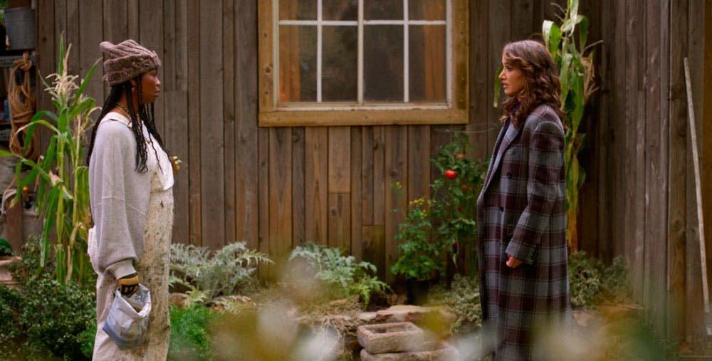 Bette y Pippa hablando fuera de una casa