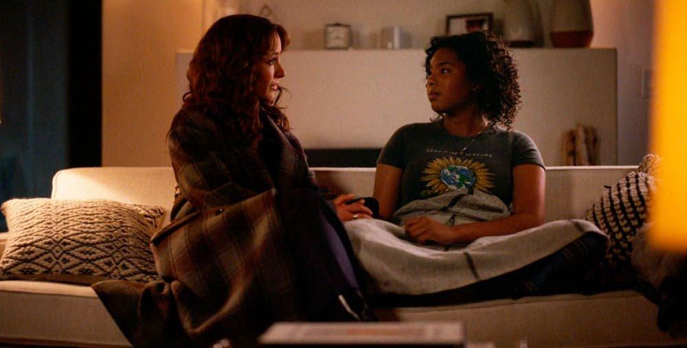 Bette y Angelica platicando en el sillón