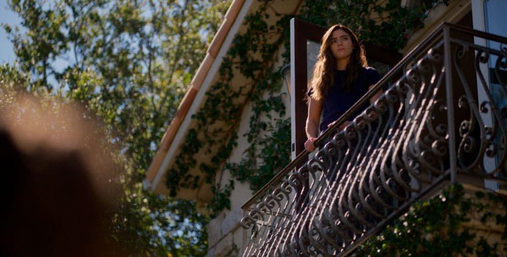 Dani asomada al balcón