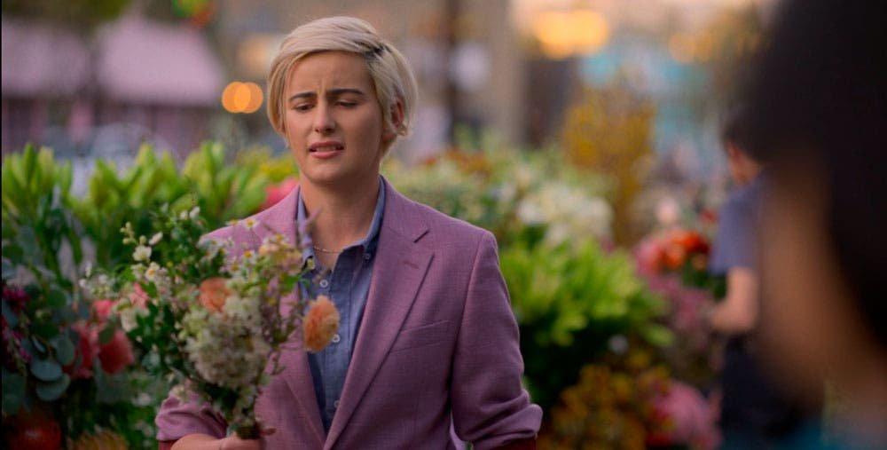 Finley con un ramo de flores