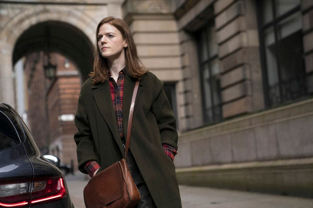 Kirsten Longacre caminando en VIgil Conspiración Nuclear
