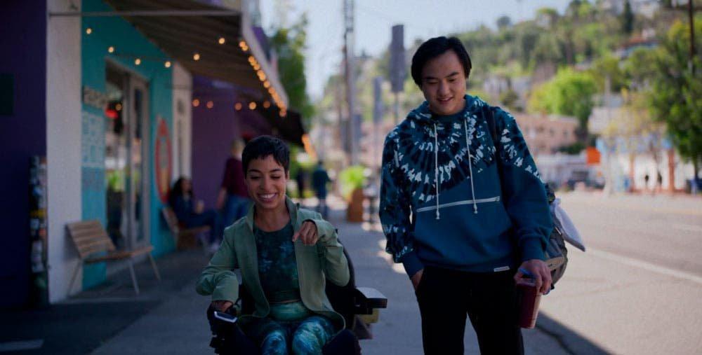 Maribel y Micah paseando por la calle