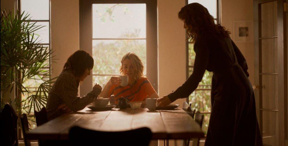 Bette, Alice y Shane desayunando