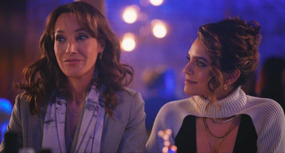 Bette y Gigi sentadas en la barra del bar