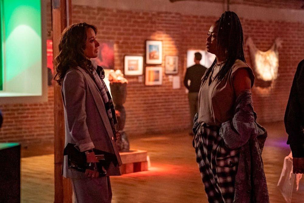 Bette y Pippa platicando en la exposición