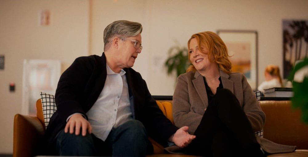 Carrie bromeando y Tina sonriendo en The L Word Generation Q
