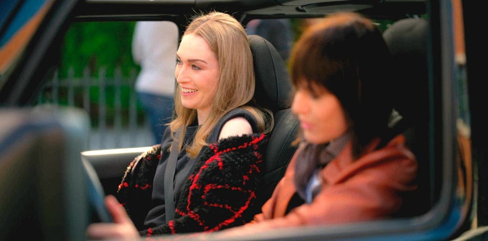 Tess y Shane hablando en el coche