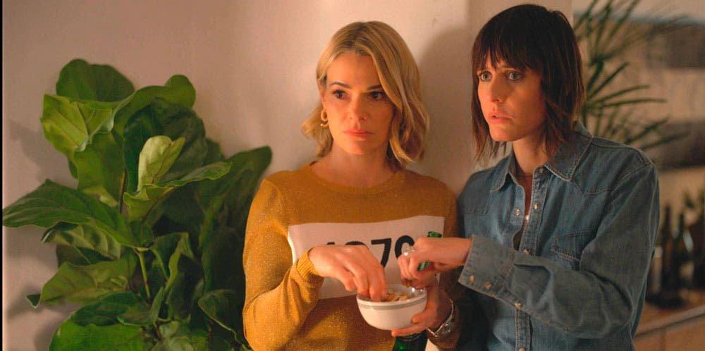 Alice y Shane comiendo palomitas