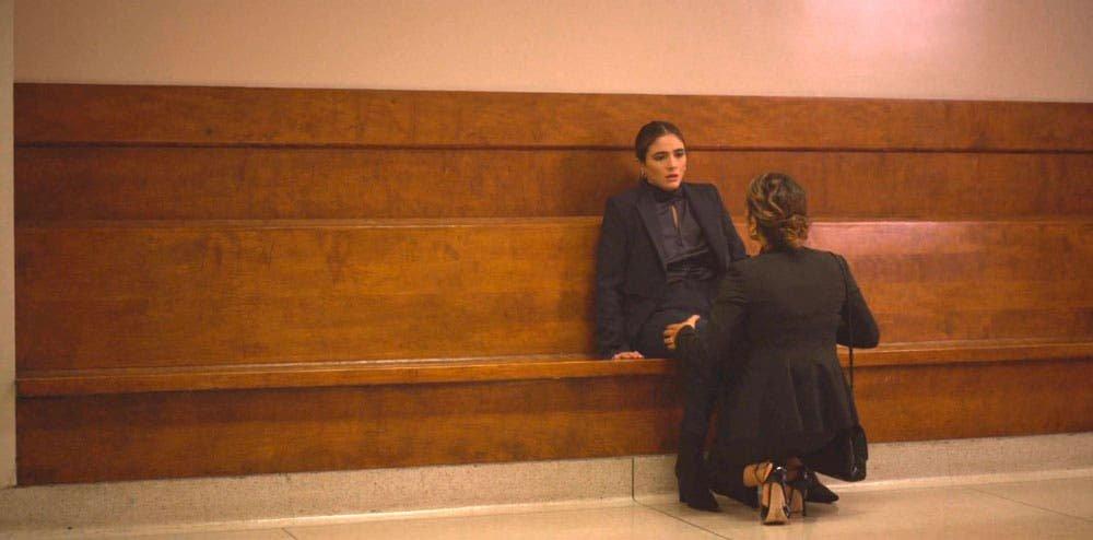 Gigi intentando consolar a Dani