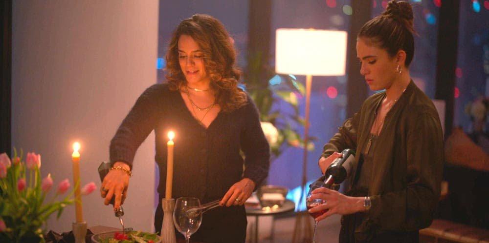 Gigi y Dani encendiendo velas