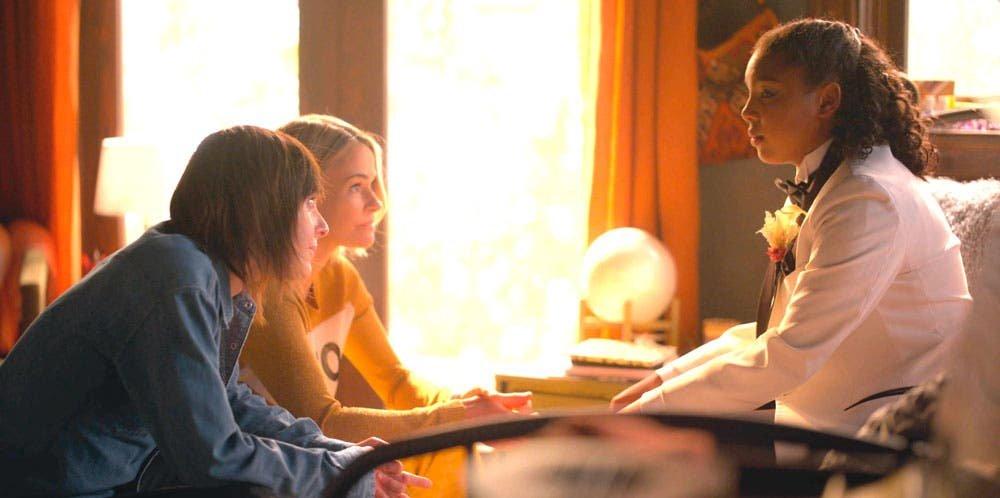 Shane y Alice consuelan a Angie