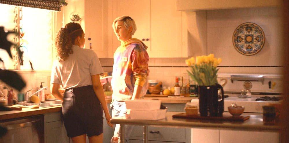 Sophie y Finley platicando en la cocina