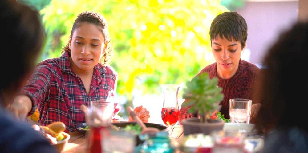 Sophie y Maribel comiendo en The L Word: Generation Q